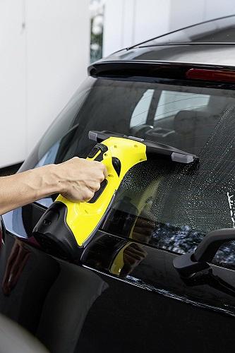 Kärcher WV 5 Premium beim Autoscheiben putzen